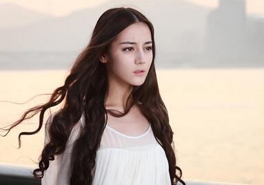 在已曝光的海报和预告片中,迪丽热巴飘逸长卷发,身着一袭白色长裙