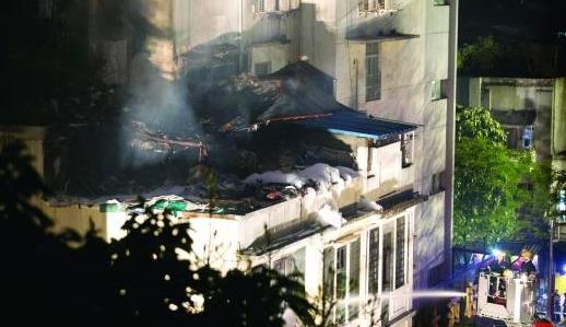 广州一民宅楼顶木材成堆 大火焚烧3小时