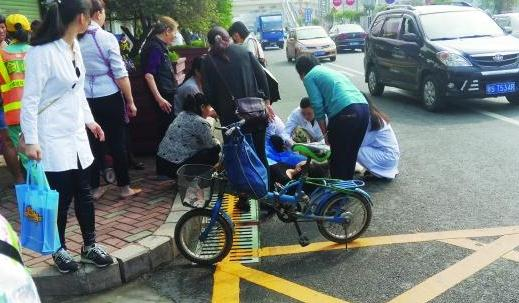 深圳一孕妇临盆在路边生子 丈夫徒手接住孩子