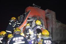 大货车与挂车相撞1人被困 龙泉消防成功营救