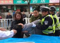 福建一孕妇马路上摔倒 路人参与救护行动