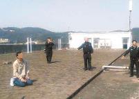 蓬江一年轻女子欲跳楼 男子跪在地上