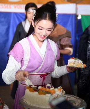 林允剧组欢乐庆生21岁 导演率众演员温暖送惊喜
