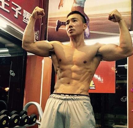 45岁童颜辣妈携手明星教练刘�u宏授逆龄秘籍