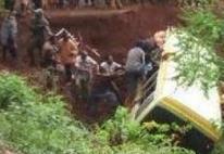 坦桑尼亚载40多人校车翻车 超过35名学生和老师遇难