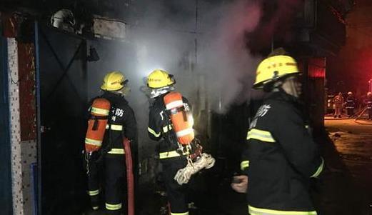 广州一电动车于民房内充电引发火灾 现场浓烟滚滚