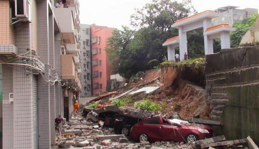 黄埔一小区山体滑坡致19辆车被埋