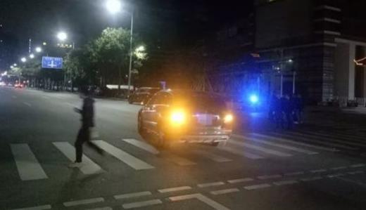 深圳奔驰司机一低头路人被撞飞 交警发现事故原因不止1个