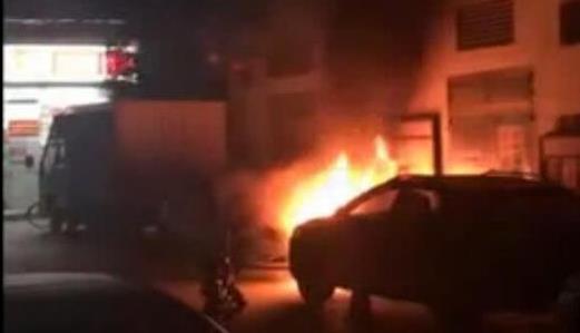 广州一幼儿园门口3车连烧 电房也遭殃高压线烧焦