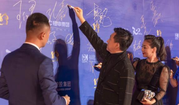《一百零八》导演孔嘉欢率主创首次亮相国际电影节红毯——寺院生孩子成焦点