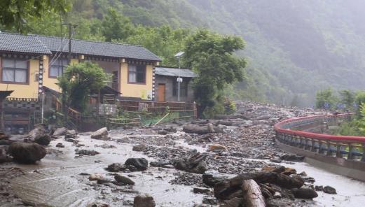 云南怒江发生泥石流塌方致2人失踪 紧急转移696人