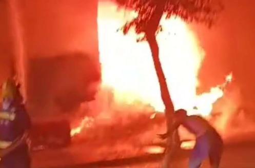 消防员在灭火。视频截图